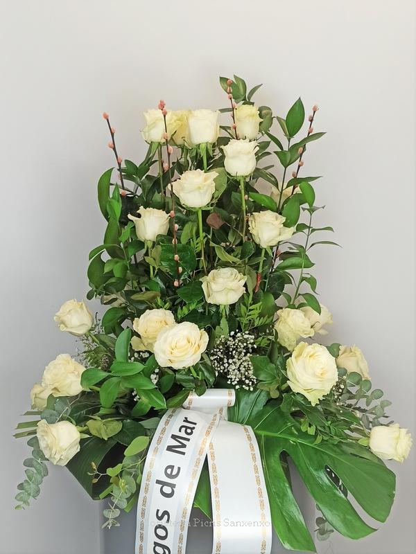 Centro defunción con Rosas Blancas