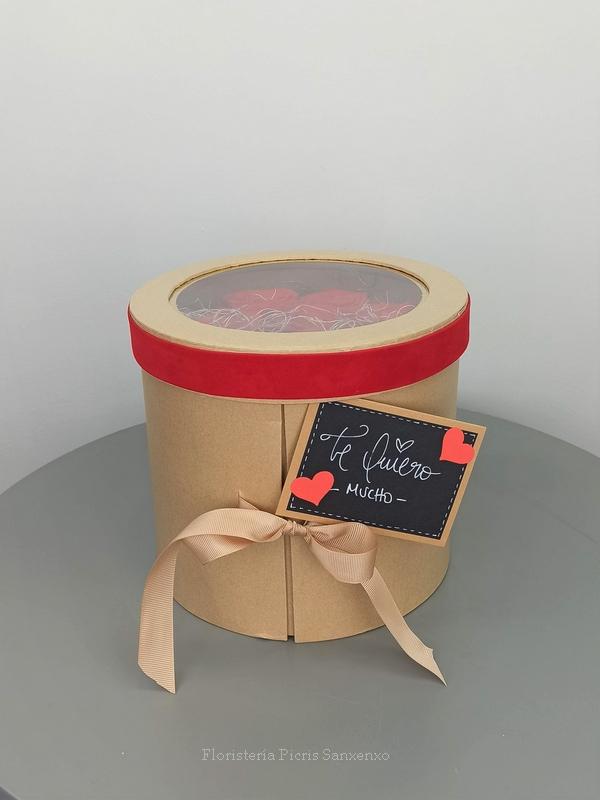 caja rosas rojas y bombones