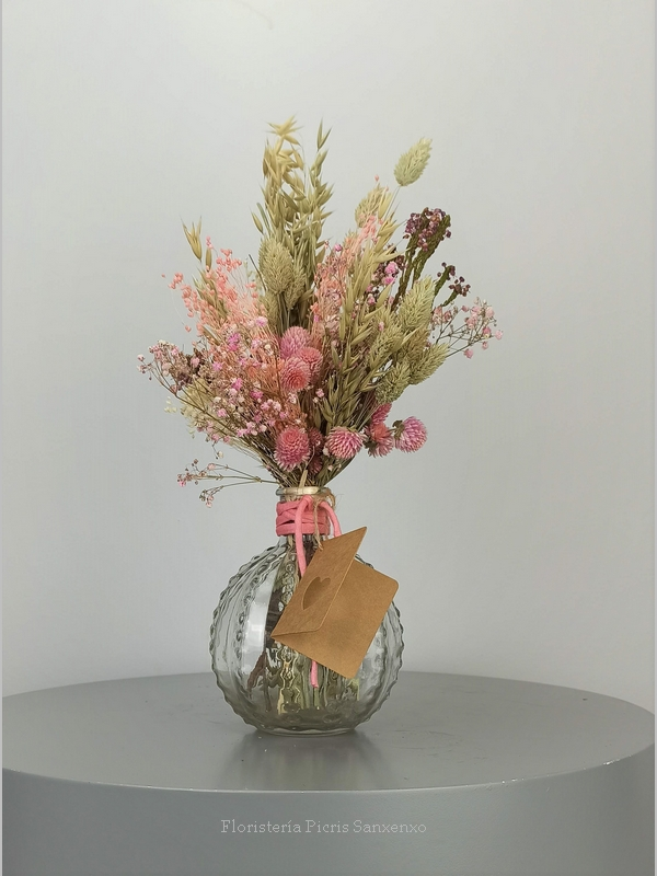 Jarrón con ramo de flores secas y preservadas