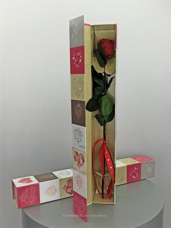 rosa preservada en caja corazones