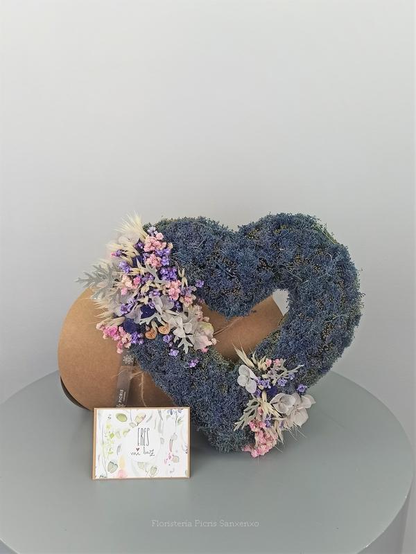 corazón lavanda con flores secas y preservadas