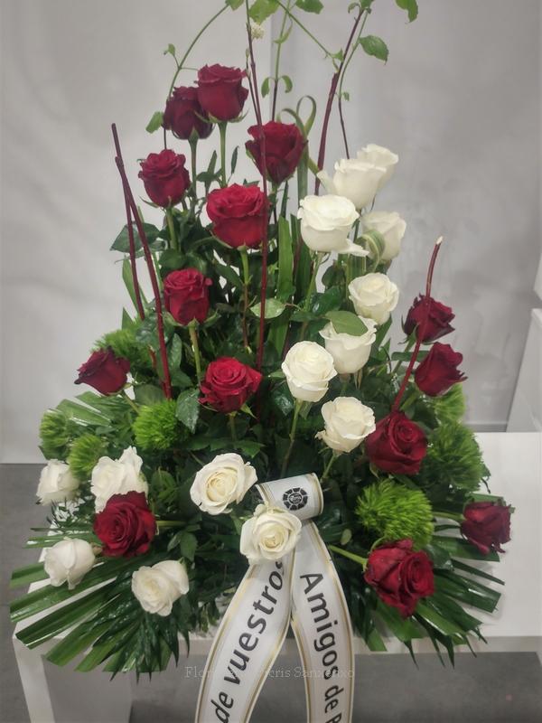 centro de 24 rosas rojas y blancas