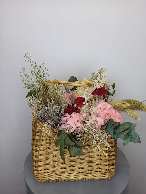 flores secas en cesta